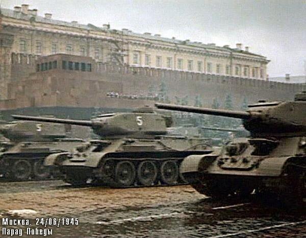 танки Т-34 проезжают перед Мавзолеем