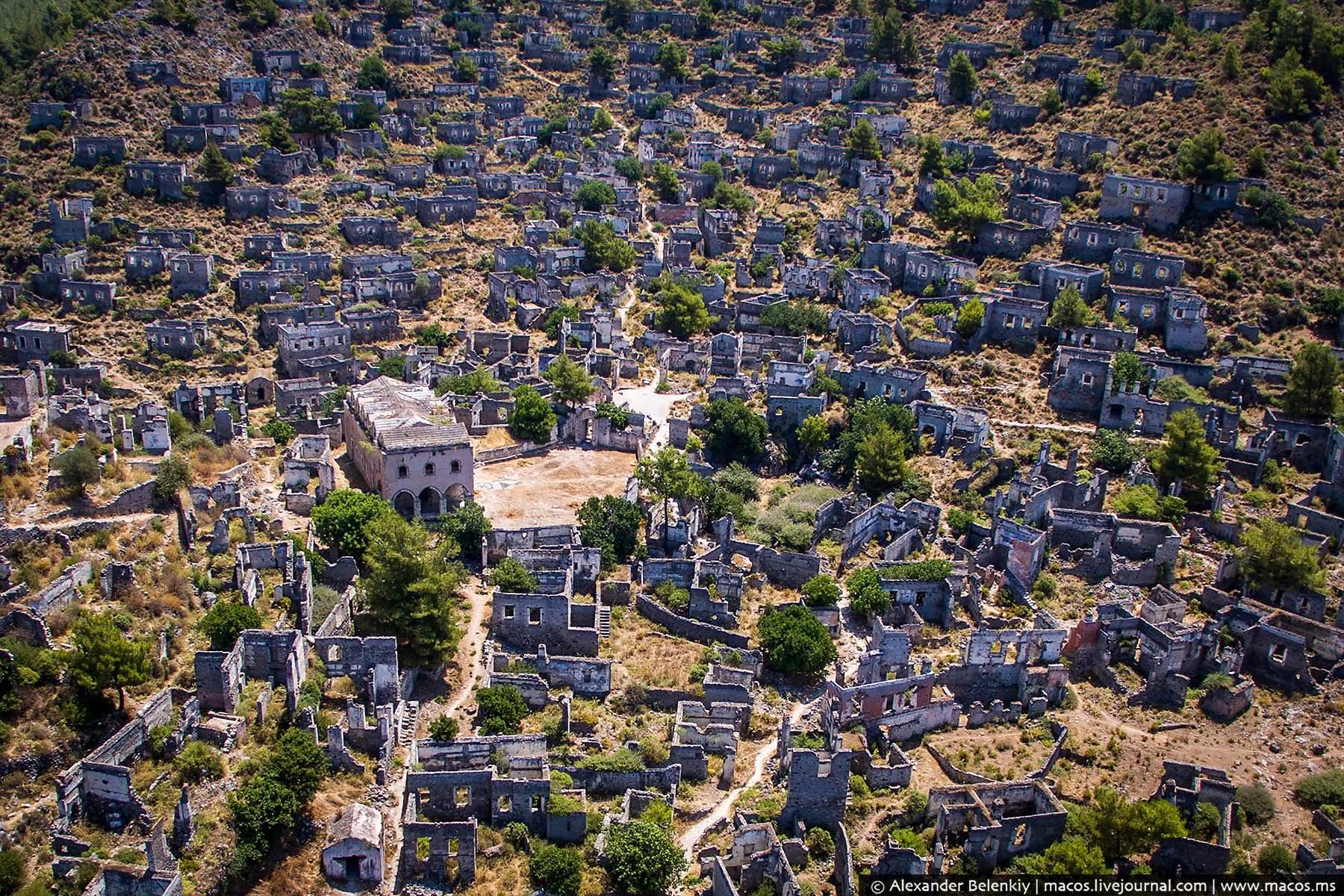 Огромный заброшенный город в горах