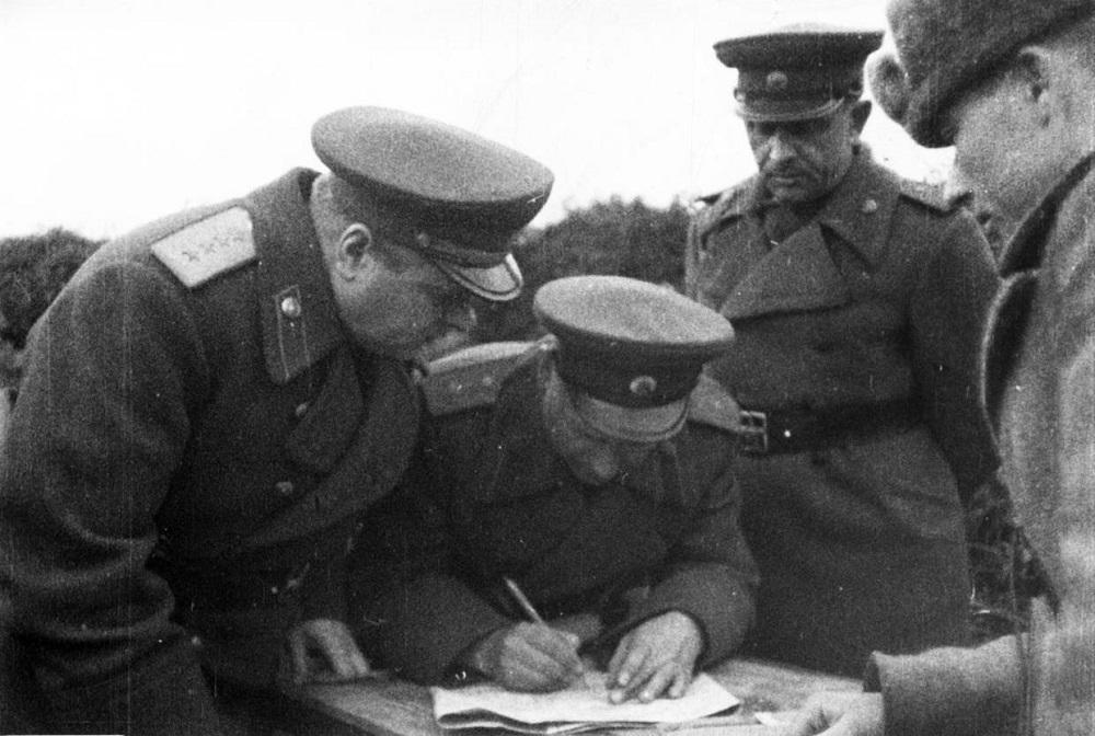 Генерал армии К.А. Мерецков и генерал-лейтенант В.И. Щербаков во время Петсамо-Киркенесской операции.jpeg