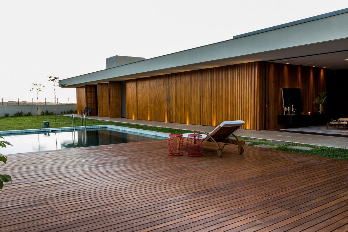 Деревянная терраса в частном доме