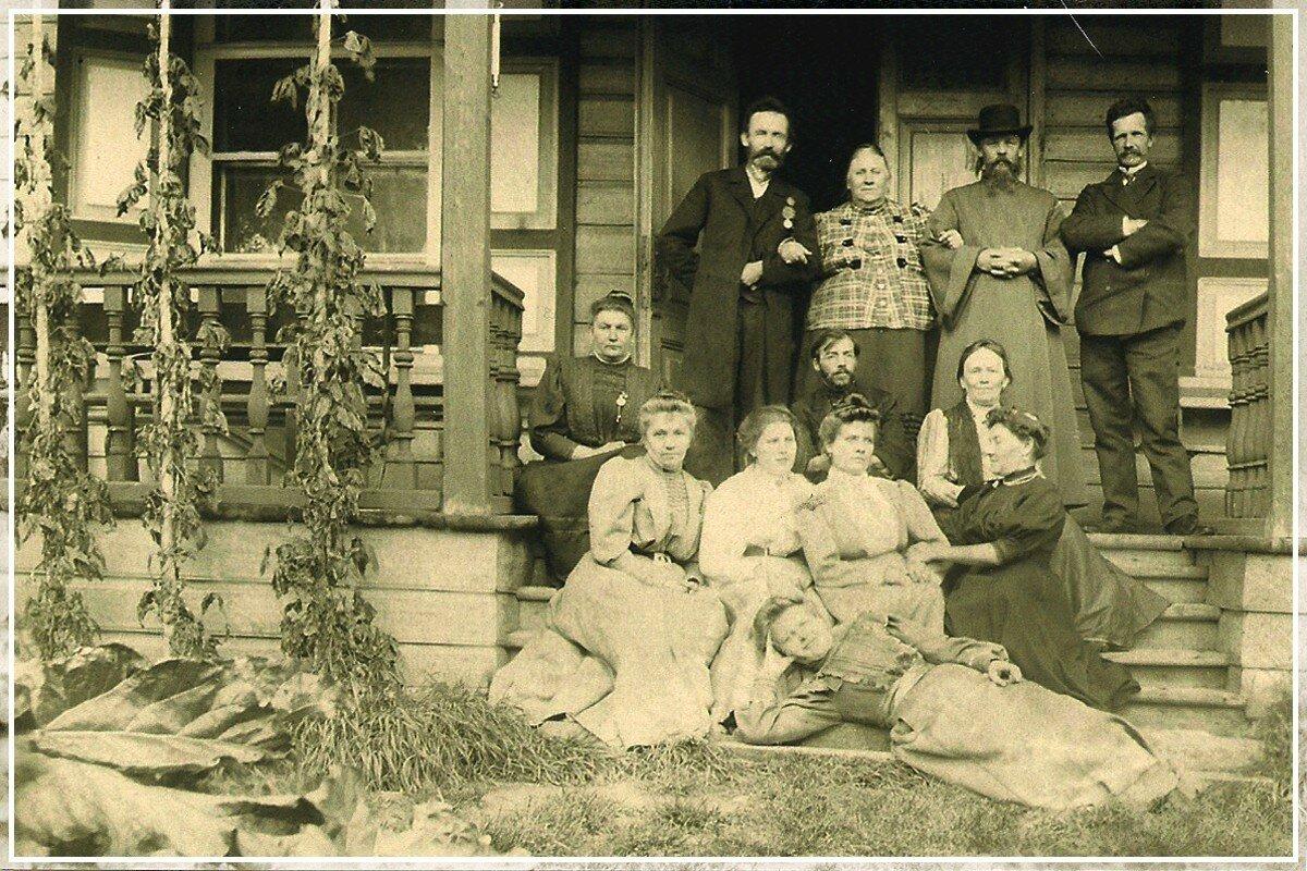 Семья Шишкиных с друзьями на пороге усадьбы в Каменке на озере Шлино, Тверская губерния