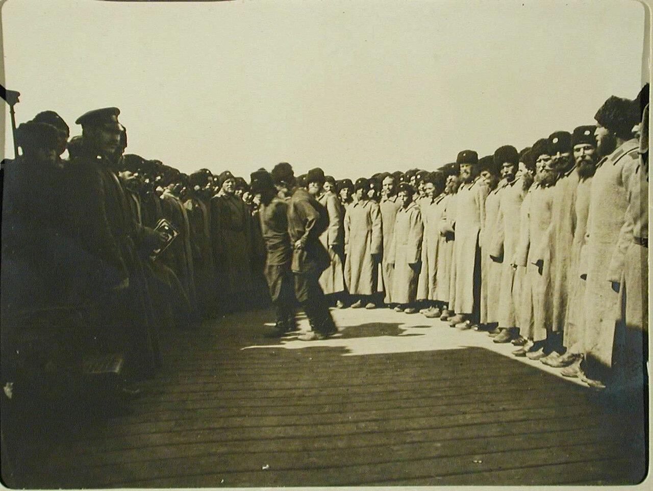 93. Отправляющиеся в поход казаки пляшут на станции перед посадкой в вагоны