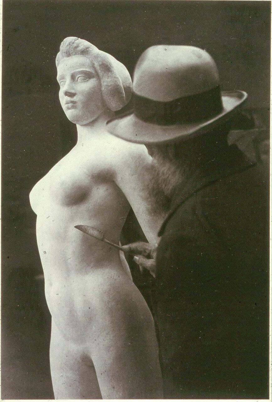 1932. Аристид Майоль работает над «Иль-де-Франс»