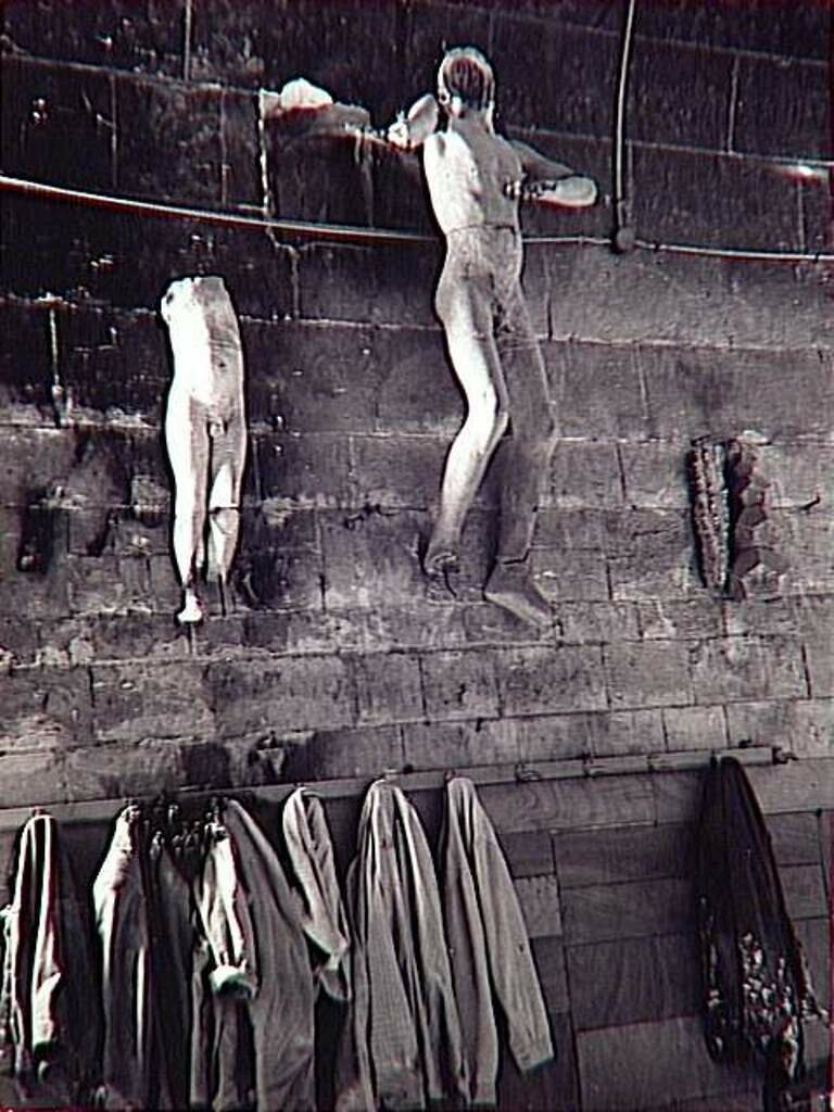 1950. Скульптуры на стене мастерской Гауди в Барселоне