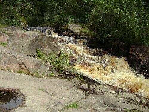 водопад с розовыми скалами на реке Койринойя