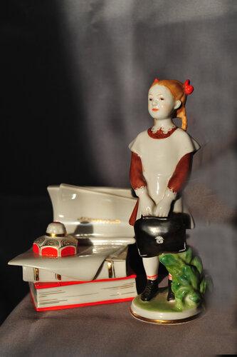 Эта фарфоровая статуэтка напоминает героиню старого фильма Первокласс
