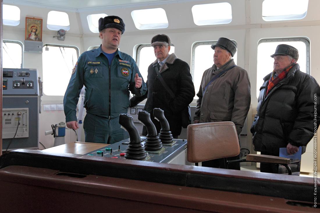 многоцелевое пожарно-спасательное судно Полковник Чернышев в рубке