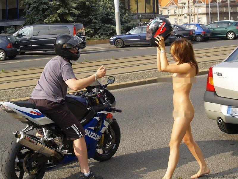 Почему без шлема?!! Фото голой румынки на мотоцикле