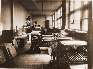 Работники типо-литографии в цехе за работой.