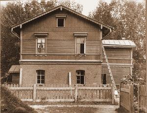Вид жилого дома вблизи станции. Псковская губ. Остров г.