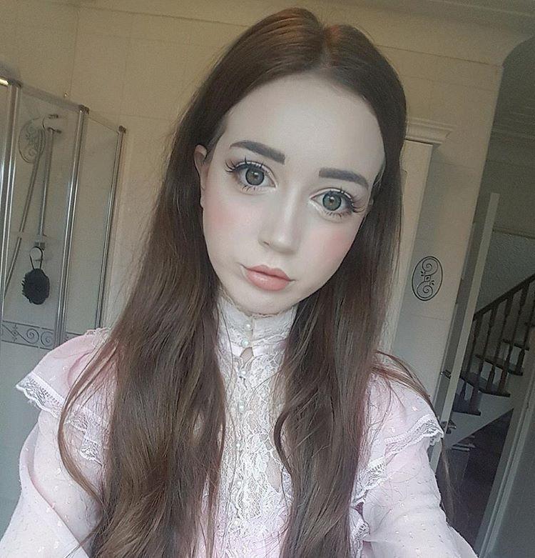 Британская куколка томится в ожидании принца