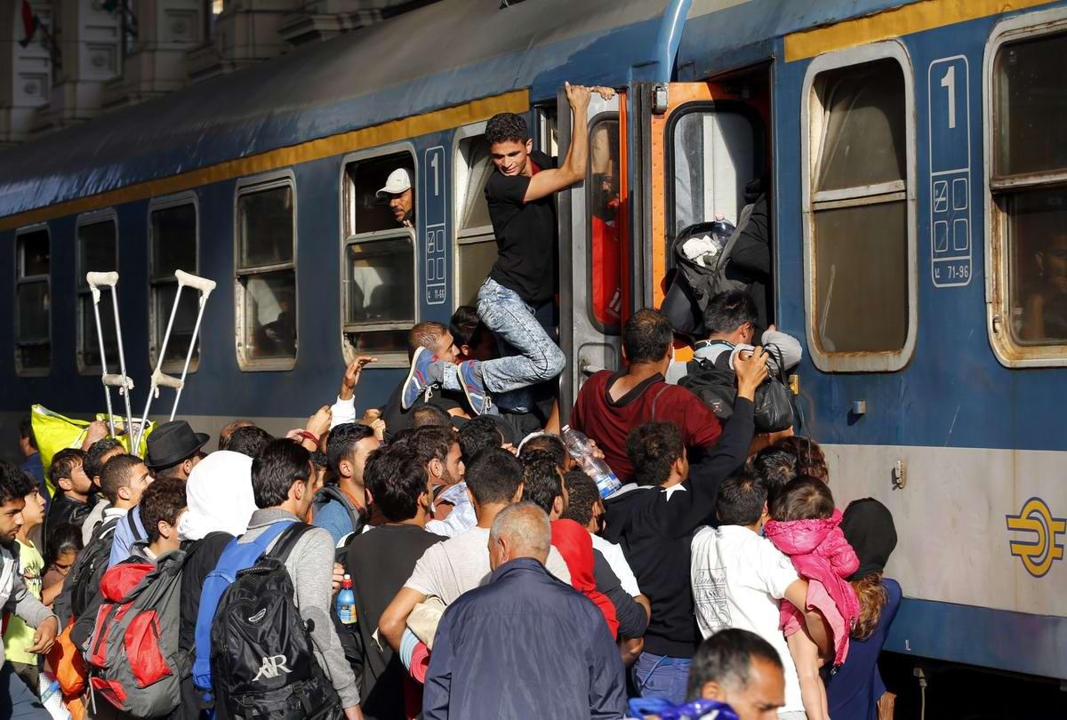 Штурм Будапешта: Мигранты с Ближнего Востока на ж/д вокзал венгерской столицы (1)