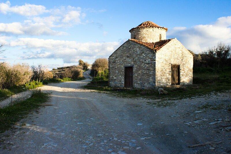 каменная церковь в горах возле Пано Лефкары