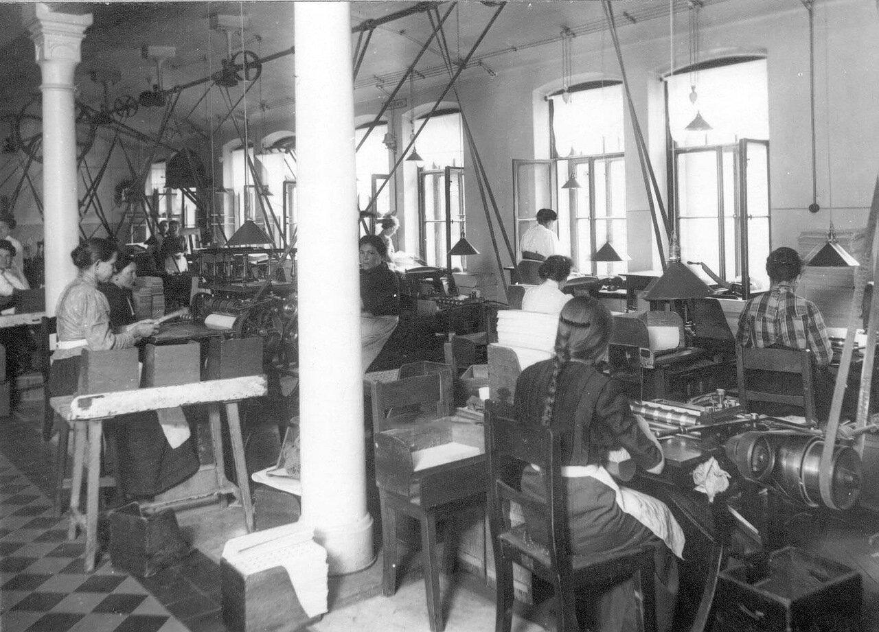08. Работницы за изготовлением продукции фабрики.  1913