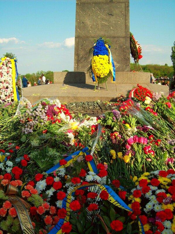 Цветы возле Вечного огня в парке Славы