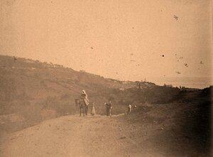 Местные жители по дороге в аул.