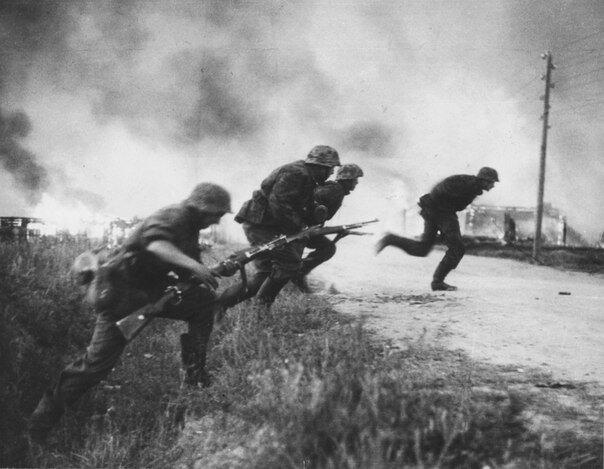 Атака немецкой пехоты Лето 1941.jpg