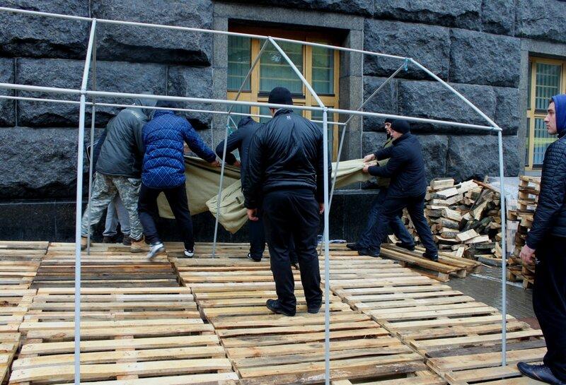 Активисты устанавливают новую палатку под Кабмином