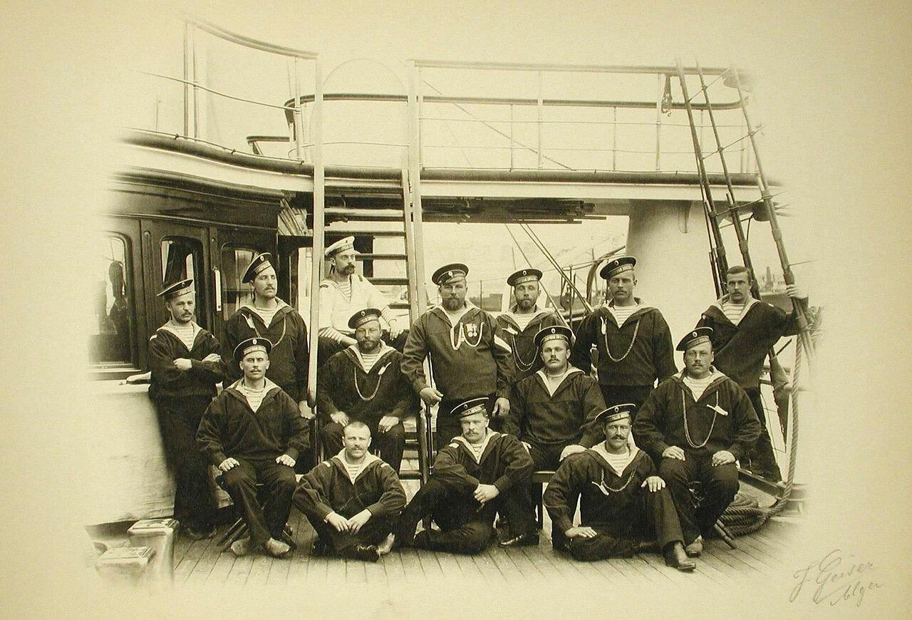 13. Группа боцманов и матросов на борту яхты «Полярная звезда»