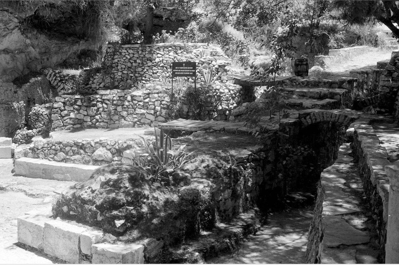 Садовая могила