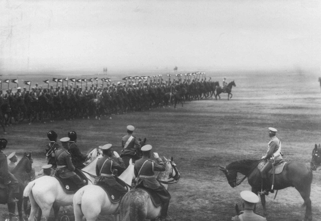 17. Кавалерийские части проходят маршем мимо императора Николая II на параде войск лагерного сбора. 30 июля 1912