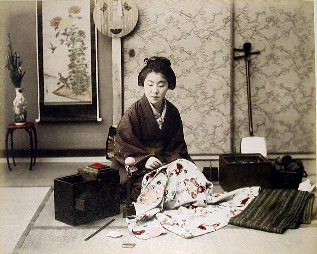 Женщина за шитьем