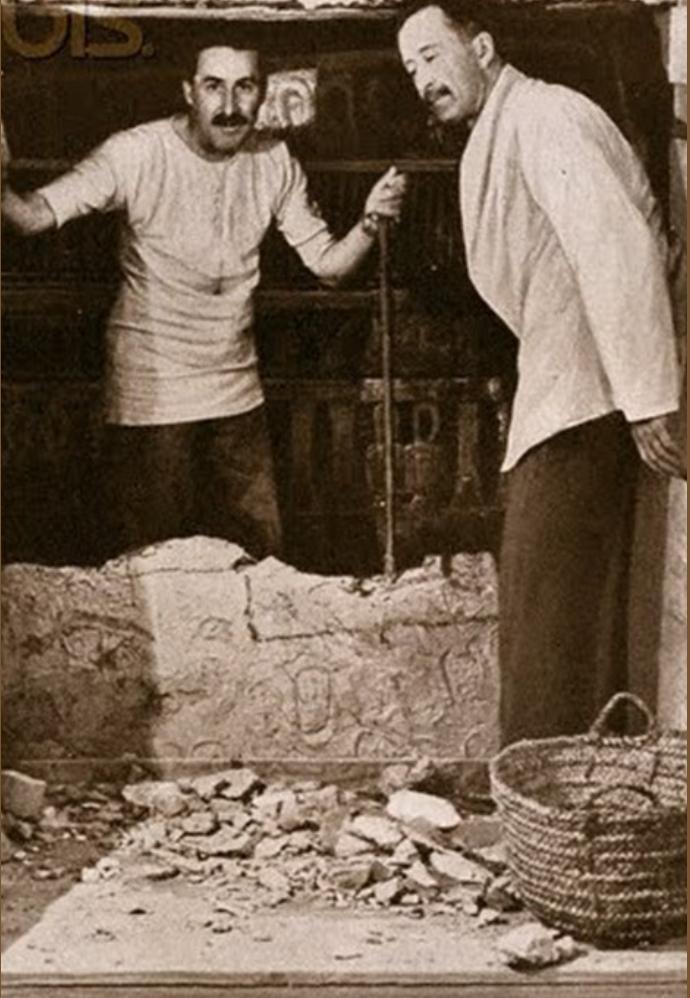 Говард Картер и лорд Карнарвон во время вскрытия гробницы Тутанхамона в Долине Королей. 1922.
