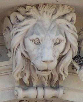 Лев звщищает Львовскую оперу