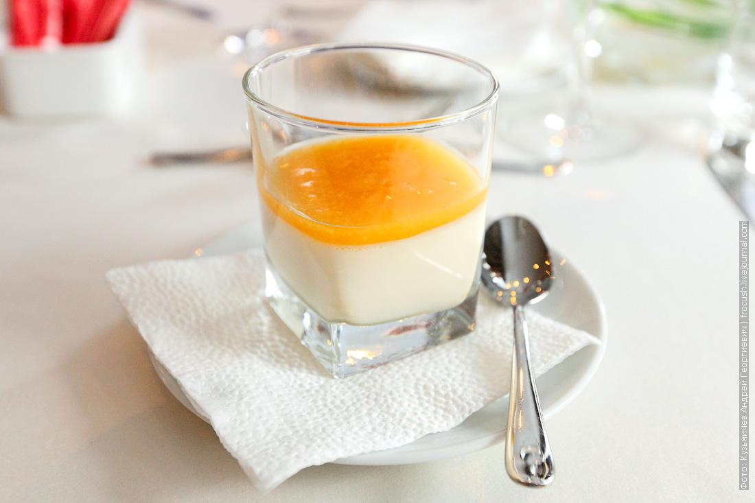 Ванильный крем с абрикосовым соусом