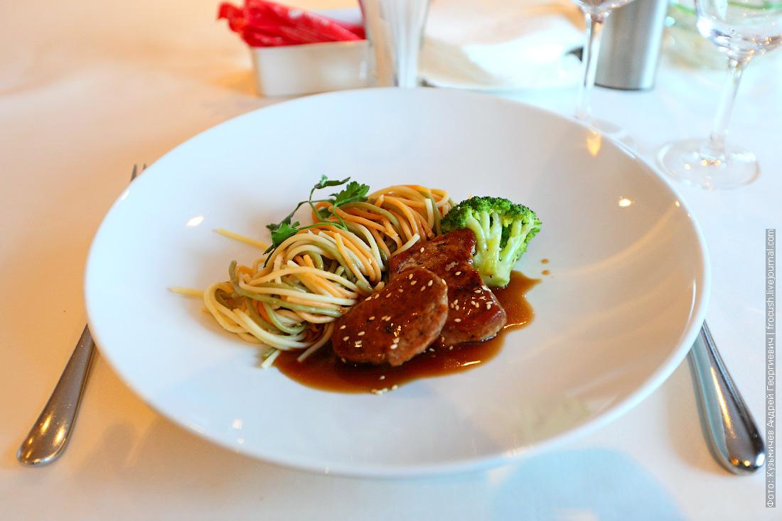 Медальоны из свиной вырезки в кунжуте, подается со «спагетти», шпинатом и брокколи на пару