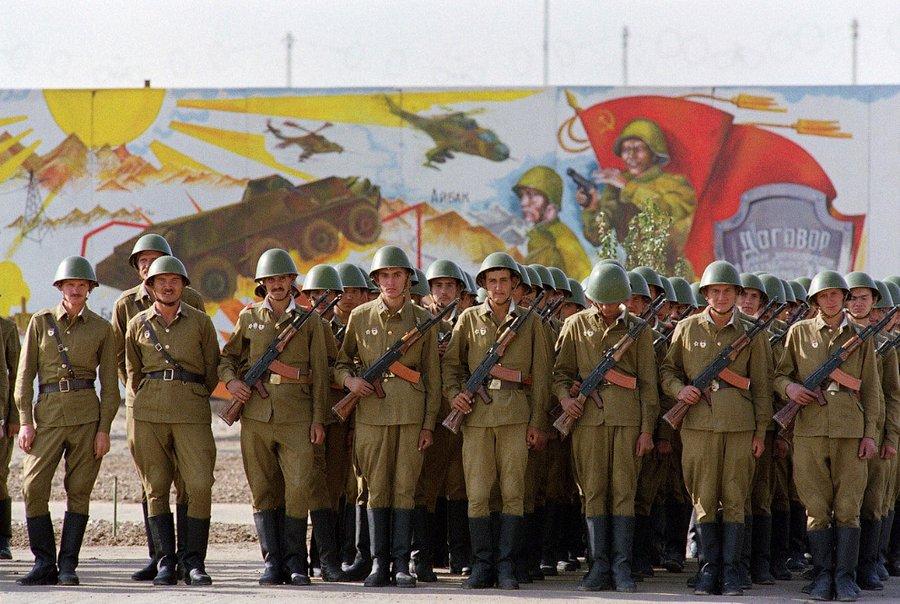 Советские солдаты в центре Кабула, 19 октября 1986. (Фото Daniel Janin AFP Getty Images).jpg