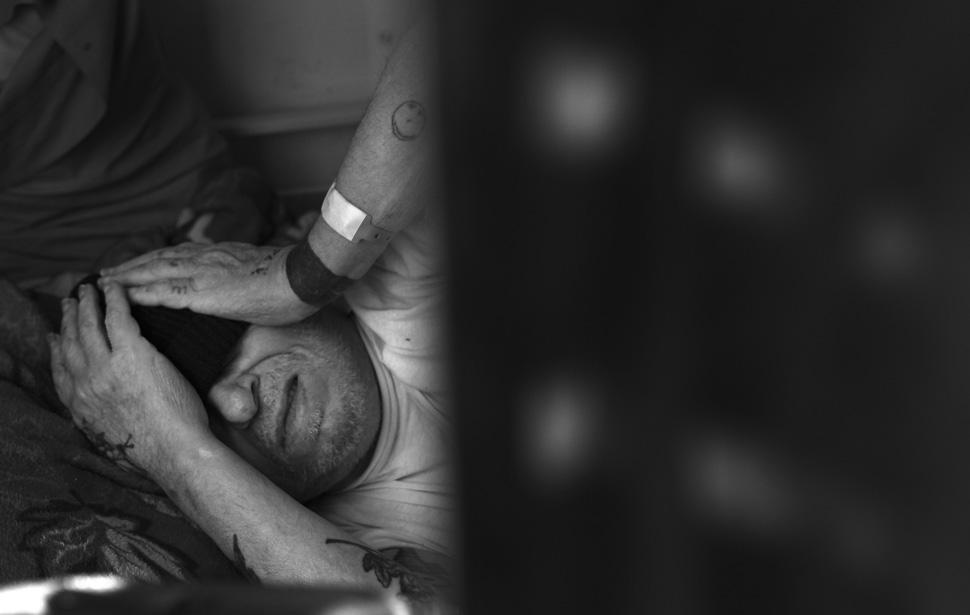4. Джо Терни, заключенный в хосписе, не может заснуть из-за мигрени. (Brian van der Brug / Los Angel