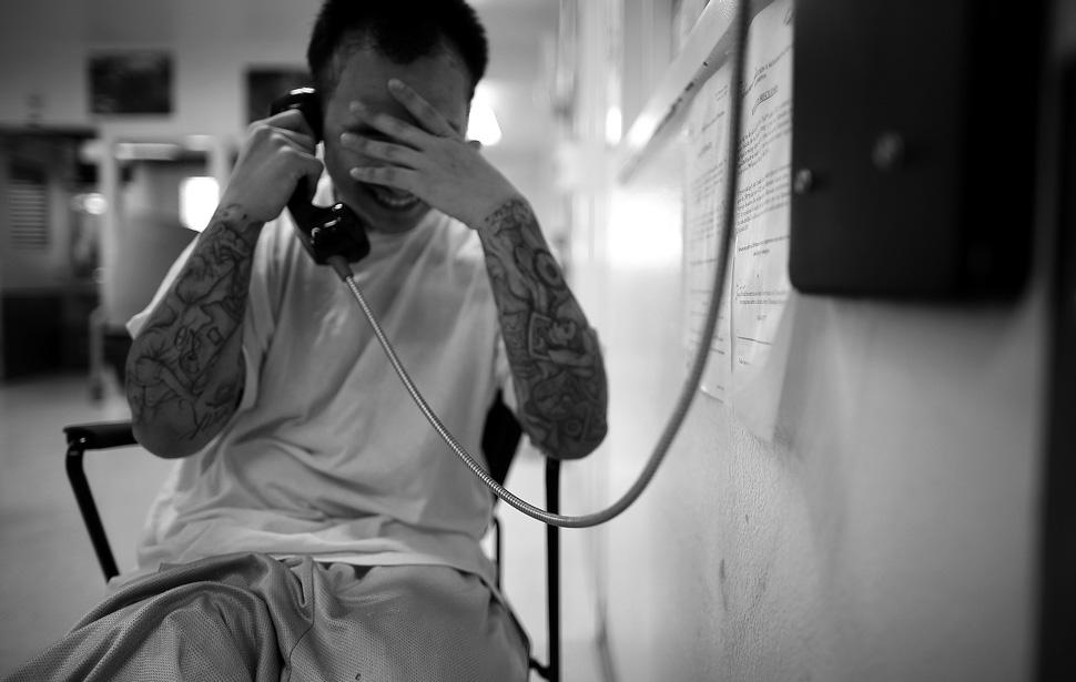 21. Фредди Гарсиа разговаривает по телефону со своей женой. Через два месяца после свадьбы их отноше