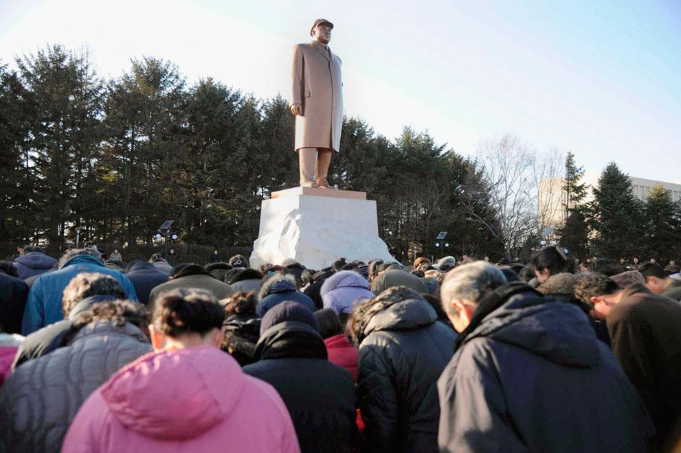 25. Жители Пхеньяна собрались перед статуей бывшего лидера Северной Кореи Ким Ир Сена, скорбя о смер