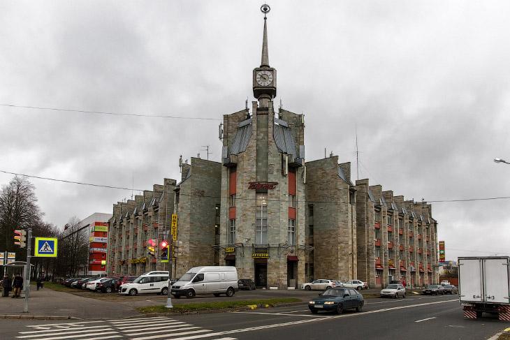 2. В начале Великой Отечественной войны завод был эвакуирован на Урал, однако 33 человека в полность