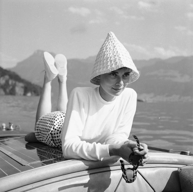 Одри налодке наозере вШвейцарии. Фотограф: Ганс Гербер. Август 1954г.