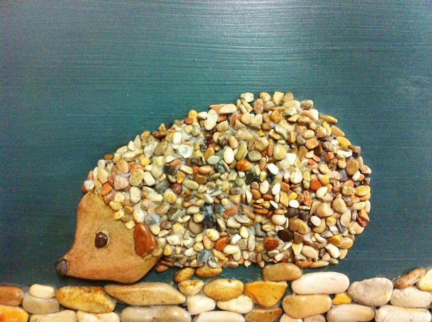 Художник составляет удивительно реалистичные картины из камней, найденных на пляже