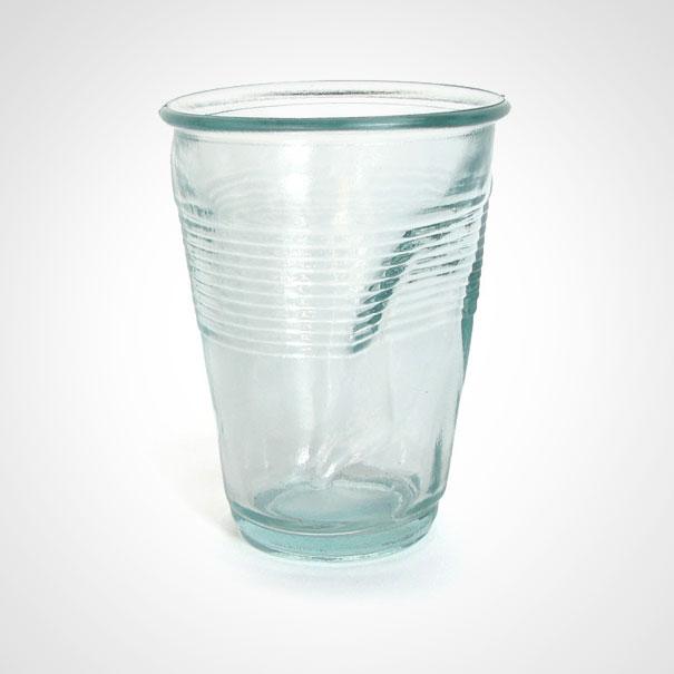 Стеклянный стакан ввиде мятого пластикового, позадумке дизайнеров, должен вызывать увладельцев во