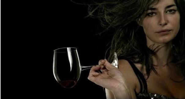 Дизайнер Джереми Браун заметил некое сходство винных бокалов споловниками (очень отдаленное) иуглу