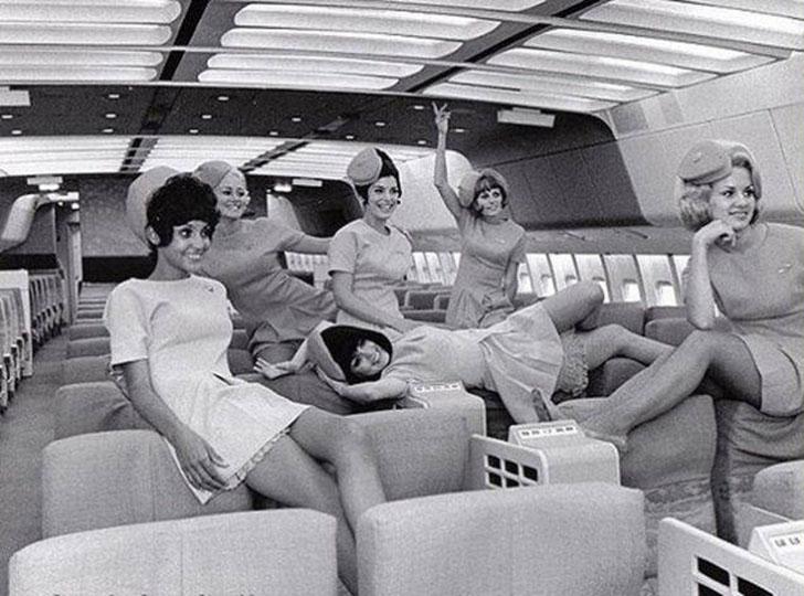 Веселые и красивые стюардессы.