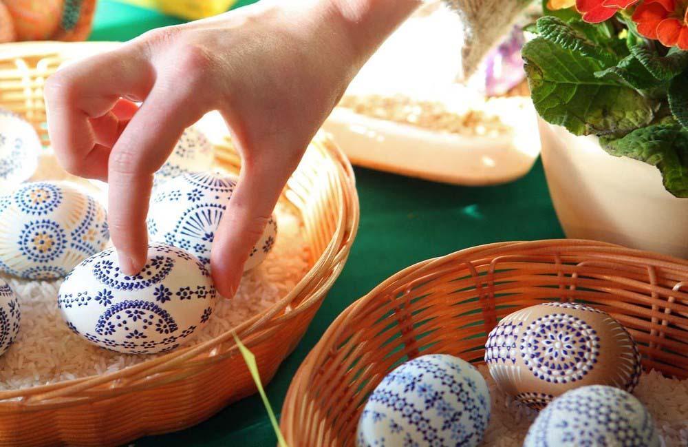 8. Покупательница выбирает пасхальные яйца на рынке в городе Шлайфе. (Photo by Adam Berry)