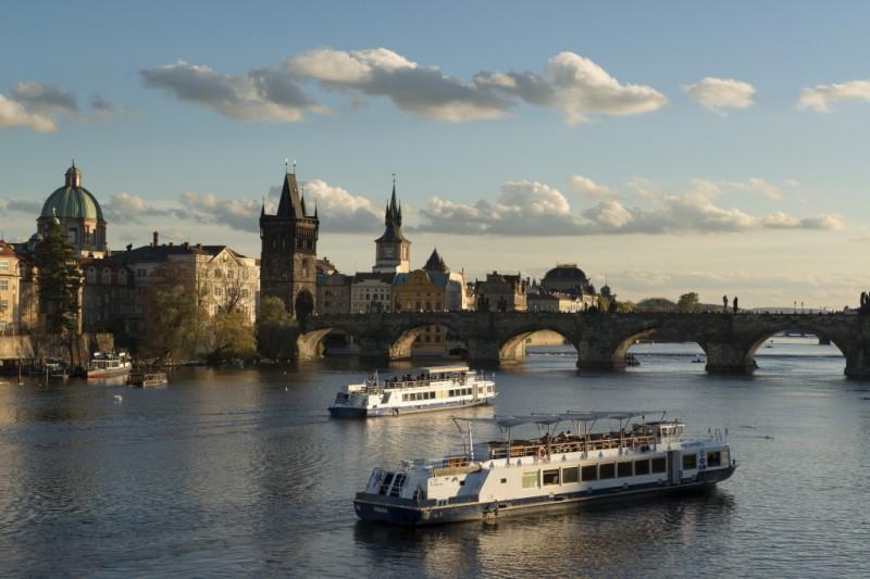 Карлов мост (чешск. Karluv most) — один из главных символов Праги. Он ведет из правобережного Старог