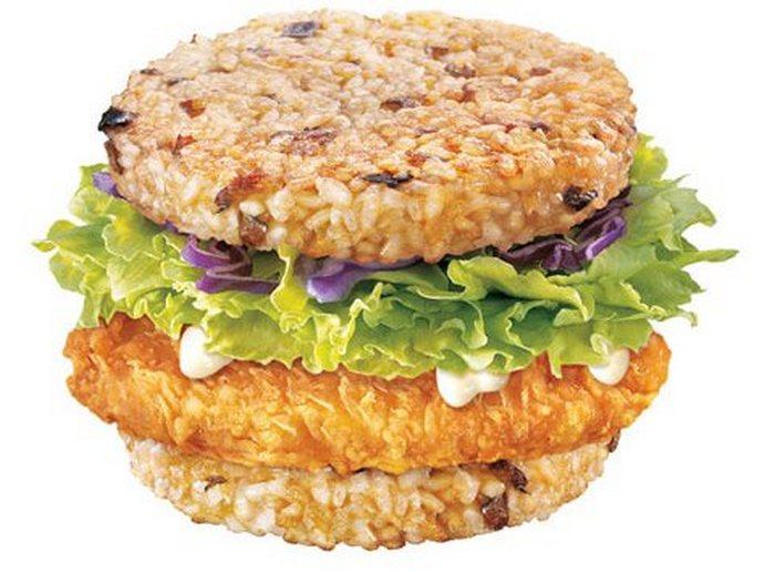 Тайваньский МакДональдс предлагает своим клиентам гамбургер МакРайс с котлетой из говядины или довол