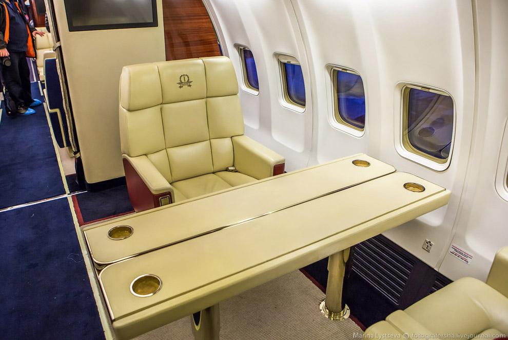 11. Во втором VIP-салоне предлагается 12 больших кресел с двумя раскладными столами. В распоряжении