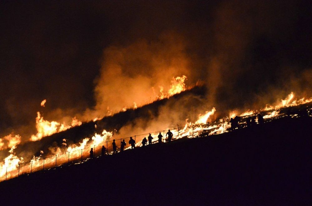 Огонь охватывает всю Вакакуса и горит обычно от 30 минут до часа, в зависимости от того, сколько сух