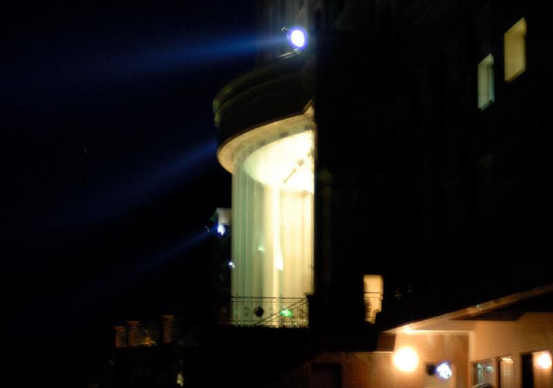 25. Ночью отель напоминает космическую тюрьму из фантастических фильмов. Шурующие по периметру проже