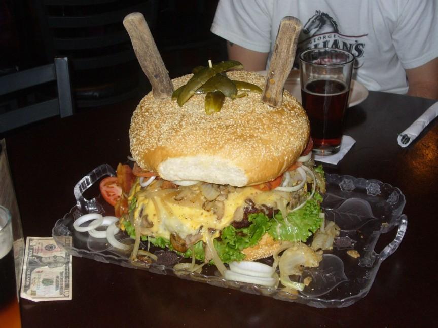 7. Монстр-гамбургер В ресторане Sports Bar & Grill Malli можно поучаствовать в конкурсе по поеданию