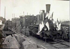 Солдаты и офицеры бригады у первого поезда.
