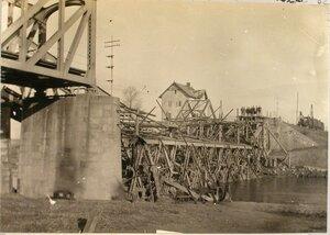Вид разрушенного железнодорожного моста через реку Вислу.