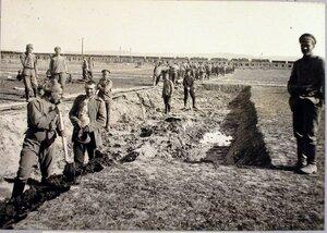 Солдаты во время устройства насыпи около санитарных платформ.